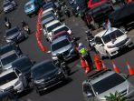 patwal-pasang-traffic-cone-antisipasi-kemacetan_20200802_112306.jpg