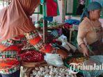 pedagang-bawang-putih-di-pasar-tradisional-kolpajung-pamekasan-minggu-05052019.jpg