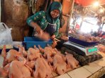 pedagang-daging-ayam-di-bandung-kembali-berjualan_20150825_004258.jpg