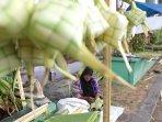 pedagang-kulit-ketupat-lebaran_20150717_173757.jpg