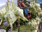 pedagang-kulit-ketupat-lebaran_20150717_174342.jpg