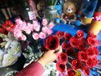 pedagang-pernak-pernik-valentine-rawa-belong-terimbas-pandemi_20210214_184401.jpg