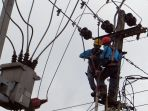 pegawai-pln-up-3-lakukan-perawatan-rutin-jalur-koneksi_20210121_203630.jpg