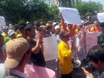 pekerja-kebersihan-berunjuk-rasa-di-kantor-wali-kota-pekanbaru_20160614_110209.jpg