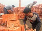 pekerja-pabrik-batu-bata_20180122_020533.jpg