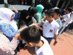pelajar-sman-12-bandung-peringati-hari-guru_20151201_160023.jpg
