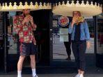 pelanggan-di-restoran-burger-king-jerman-kenakan-mahkota-raksasa-untuk-jaga-jarak-sosial.jpg
