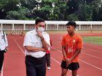 pelari-100-meter-indonesia-lalu-muhammad-zohri-saat-berbincang.jpg
