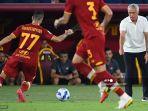 pelatih-as-roma-asal-portugal-jose-mourinho-kanan-memberikan-instruksi-mkhitaryan.jpg
