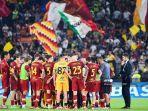 pelatih-as-roma-asal-portugal-jose-mourinho-tengah-berbincang-dengan-para-pemainnya.jpg