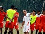 pelatih-bambang-nurdiansyah-awasi-latihan-tim-persija-jakarta_20151102_135845.jpg