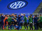 pelatih-italia-inter-milan-antonio-conte-tengah-para-pemain-dan-staf-merayakan-scudetto.jpg