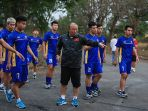 pelatih-park-hang-seo-memberi-arahan-timnas-vietnam-u-23-berlatih-di-area-hotel_20180813_122233.jpg