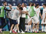 pelatih-spanyol-luis-enrique-tengah-merayakan-dengan-para-pemainnya.jpg