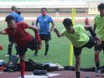 pelatih-timnas-u-16-indonesia-bima-sakti-mengawasi.jpg