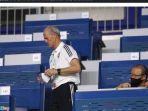 pelatih-timnas-vietnam-park-hang-seo-dan-staf-pelatih-timnas-uea.jpg