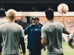 pelatih-wolves-nuno-espirito-santo-ketika-memimpin-latihan-timnya.jpg