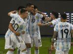 pemain-argentina-angel-di-maria-kiri-merayakan-dengan-rekan-satu-timnya.jpg