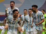 pemain-argentina-lautaro-martinez-kiri-bawah-merayakan-dengan-lionel-messi.jpg