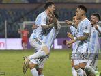 pemain-argentina-lionel-messi-kiri-melakukan-selebrasi-bersama-pemain-argentina-angel-di-maria.jpg