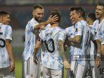 pemain-argentina-lionel-messi-merayakan-dengan-rekan-satu-timnya.jpg