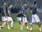 pemain-argentina-lionel-messi-tengah-dan-rekan-setimnya-melakukan-pemanasan.jpg