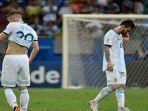 pemain-argentina-lionel-messi-tertunduk-setelah-kalah-dari-kolombia-dalam-copa-america-2019.jpg