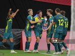 pemain-australia-lachlan-wales-tengah-merayakan-dengan-rekan-setimnya.jpg
