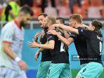 pemain-depan-austria-marko-arnautovic-kiri-merayakan-mencetak-gol-ketiga-timnya.jpg