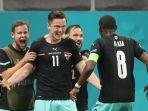 pemain-depan-austria-michael-gregoritsch-tengah-merayakan-dengan-rekan-satu-timnya.jpg