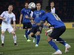 pemain-depan-italia-giacomo-raspadori-tengah-mengamati-bola.jpg