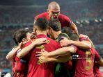 pemain-depan-portugal-cristiano-ronaldo-tengah-merayakan-dengan-rekan-satu-timnya.jpg