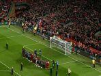 pemain-liverpool-dan-para-suporter-merayakan-kemenangan-atas-barcelona.jpg