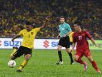 pemain-malaysia-kiri-menendang-bola-dihadangi-pemain-vietnam-kanan.jpg
