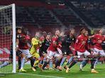 pemain-menunggu-bola-untuk-disilangkan-selama-pertandingan-mu-vs-aston-villa-liga-inggris.jpg
