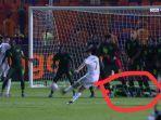 pemain-nigeria-henry-onyekuru-tiba-tiba-menjatuhkan-diri-saat-riyad-mahrez-lakukan-tendangan-bebas.jpg