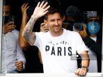 pemain-sepak-bola-argentina-lionel-messi-melambai-kepada-para-pendukung-dari-jendela.jpg