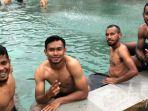 pemain-sriwijaya-fc-berendam-di-kolam-air-panas-lembang_20180123_201452.jpg