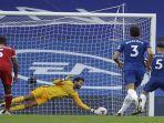 pemain-tengah-chelsea-asal-italia-jorginho-kanan-gagal-mengeksusi-penalti.jpg