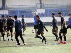 pemain-tim-sepakbola-psis-semarang-menjalani-latihan_20210525_115048.jpg