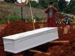 pemakaman-covid-19-di-tpu-jombang_20210119_193726.jpg