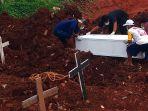 pemakaman-jenazah-covid-19-meningkat-di-tpu-jombang_20210127_004520.jpg