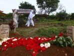 pemakaman-jenazah-korban-covid-19-di-tpu-cikadut-kota-bandung_20210202_113539.jpg