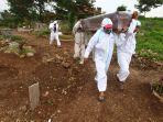 pemakaman-jenazah-korban-covid-19-di-tpu-cikadut-kota-bandung_20210202_113829.jpg