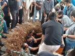 pemakaman-jenazah-tri-nugraha-di-tpu-cikutra.jpg