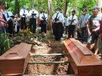 pemakaman-kakak-beradik-korban-longsor-lucas-13-dan-yudas-8.jpg