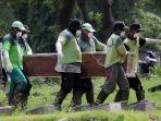 pemakaman-korban-meninggal-karena-covid-19-di-tpu-pondok-ranggon_20200325_203005.jpg