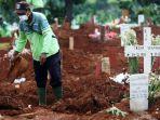 pemakaman-korban-meninggal-karena-covid-19-di-tpu-pondok-ranggon_20200325_203204.jpg