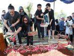 pemakaman-nien-lesmana_20170628_163316.jpg