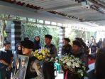 pemakaman-polisi-korban-bom-kampung-melayu_20170525_110010.jpg